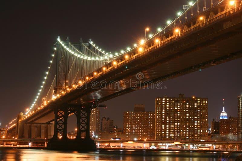 De Brug van Manhattan bij Nacht stock foto's