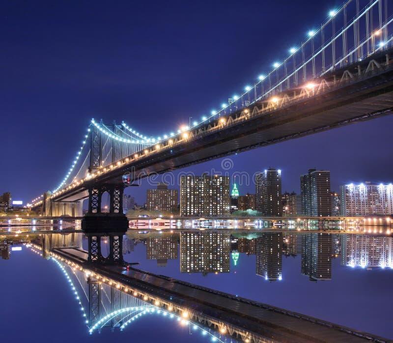 De Brug van Manhattan en de horizon van Manhattan bij Nacht stock afbeelding