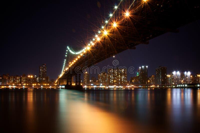 De Brug van Manhattan, New York bij Nacht stock foto