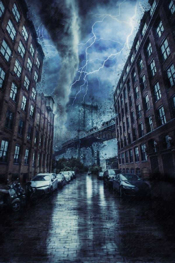 De Brug van Manhattan in de straat van New York tijdens het zware tornadoonweer stock afbeelding