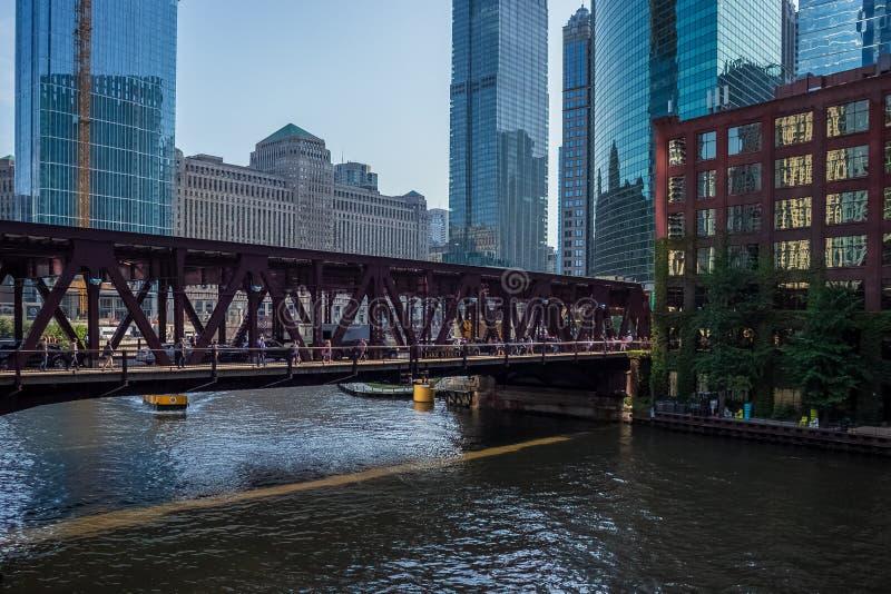 De brug van de meerstraat over de Rivier van Chicago met ochtendlicht en schaduwen die tot interesserende hoogtepunten op de mens royalty-vrije stock afbeelding