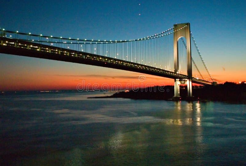 De Brug van New York bij nacht stock afbeelding