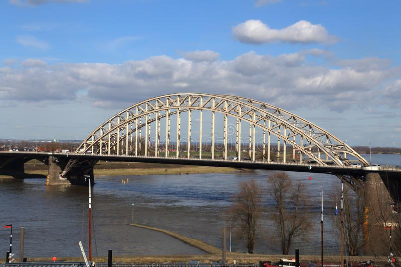 De Brug van Nijmegen over de Waal-rivier royalty-vrije stock afbeelding