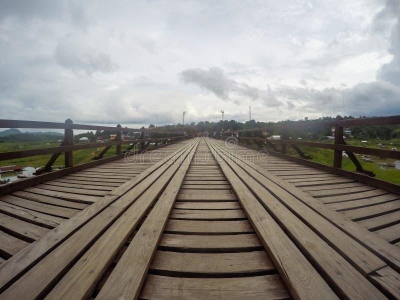 De Brug van Nusorn van Monbridgeuttama in Sangkhlaburi-district, Kanchanaburi-provincie, Thailand Thailand's langste houten bru stock afbeeldingen