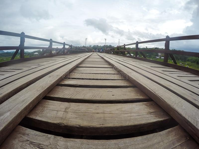 De Brug van Nusorn van Monbridgeuttama in Sangkhlaburi-district, Kanchanaburi-provincie, Thailand Thailand's langste houten bru stock afbeelding