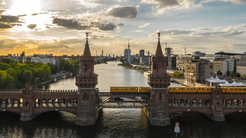 De brug van Oberbaum in Berlijn stock foto's