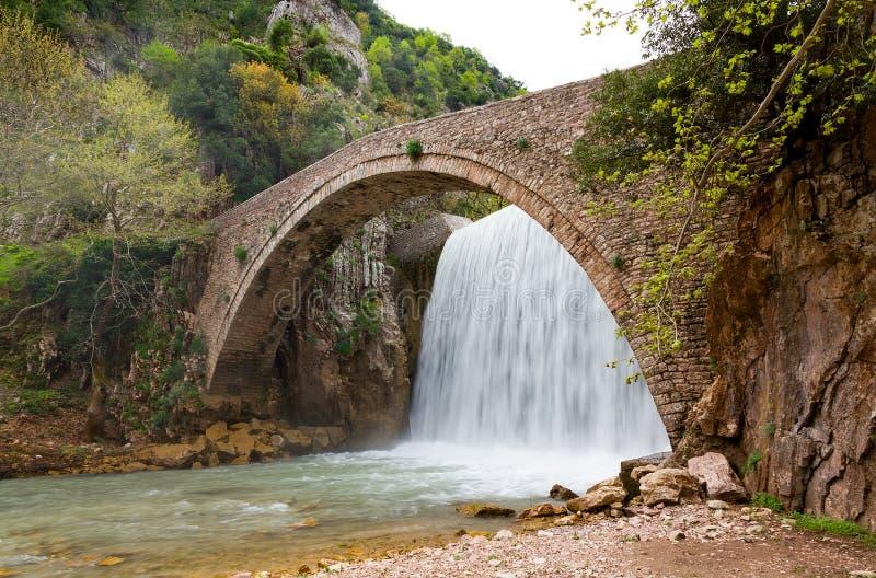 De brug van Palaiokarya en waterval, Thessaly, Griekenland stock afbeeldingen