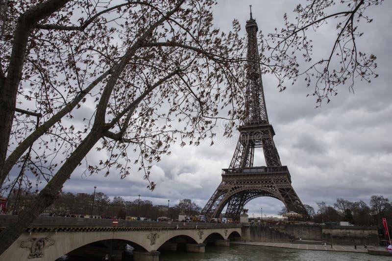 De brug van Pontd ` Iena in Parijs met de Toren van Eiffel stock foto