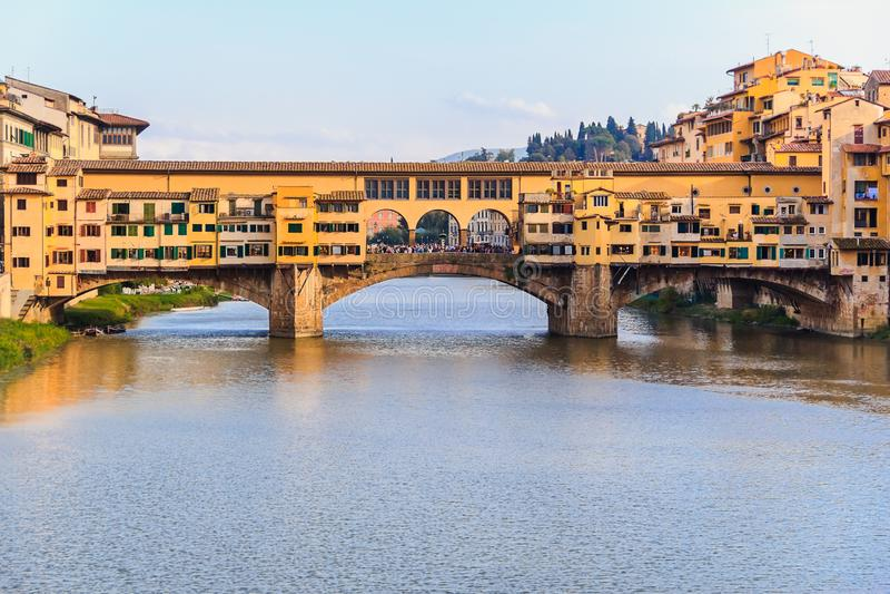 De brug van Pontevecchio in Florence bij zonsondergang, Italië royalty-vrije stock afbeelding