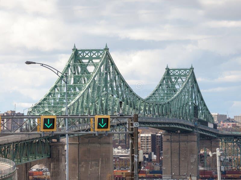 De brug van Pontjacques cartier in de richting van Montreal, in Quebec, Canada op de rivier die van Heilige wordt genomen Lawrenc royalty-vrije stock foto