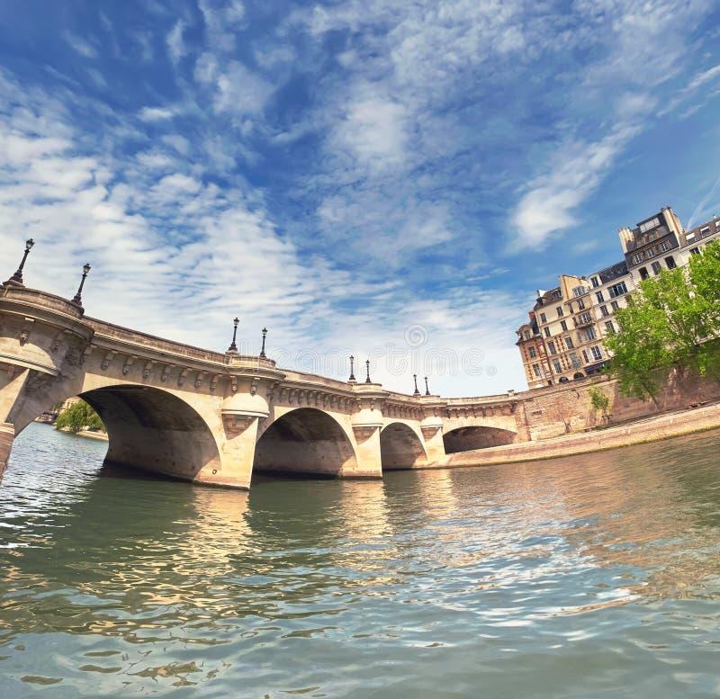 De brug van Pontneuf op Zegenrivier in Parijs, Frankrijk stock fotografie