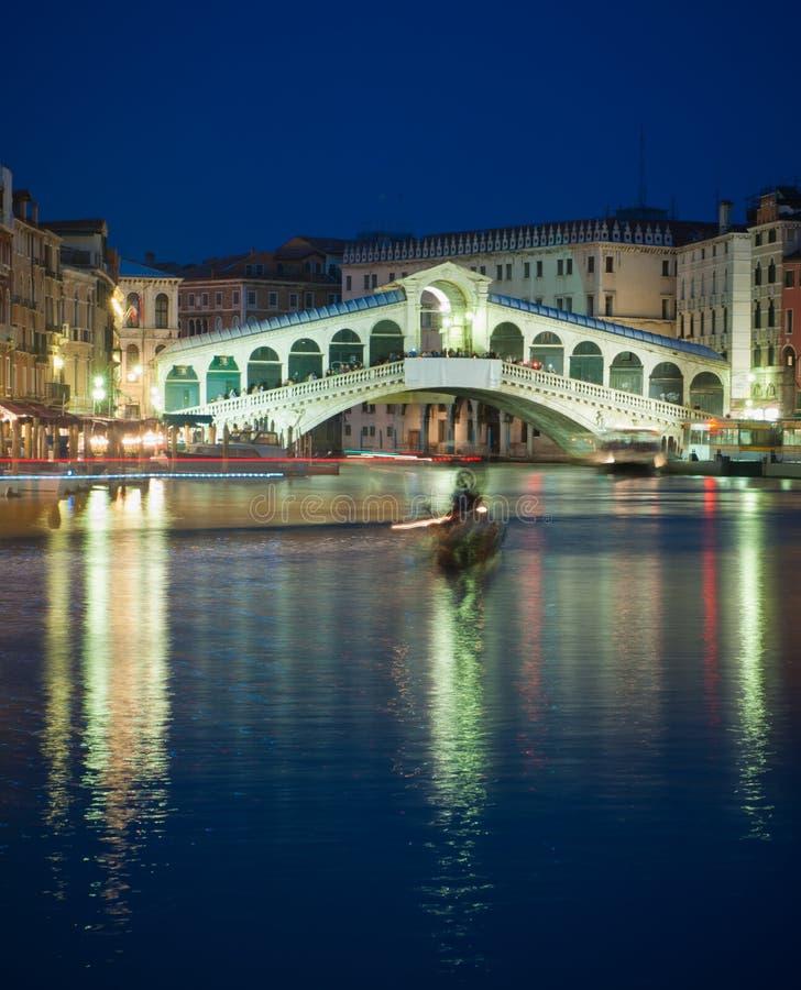 De brug van Rialto bij nacht, Venetië, Italië stock afbeeldingen