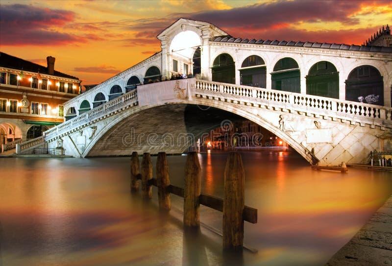 De Brug van Rialto, Venetië bij dramatische zonsondergang royalty-vrije stock afbeelding