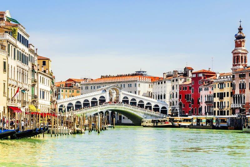De brug van Rialto in Venetië, Italië Inschrijving in het Italiaans: gondel stock foto's