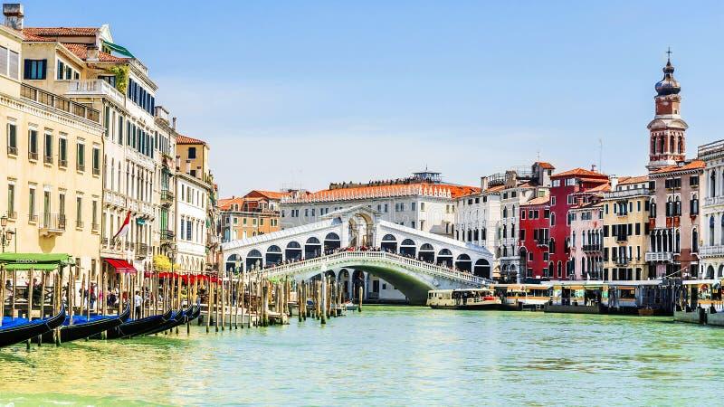De brug van Rialto in Venetië, Italië Inschrijving in het Italiaans: gondel stock foto