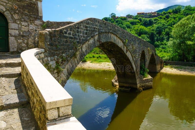 De Brug van Rijeka Crnojevica stock afbeelding