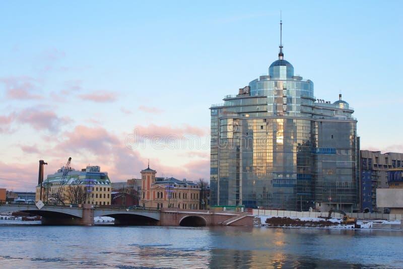 De brug van Sampsonievsky en de Moderne bouw stock fotografie