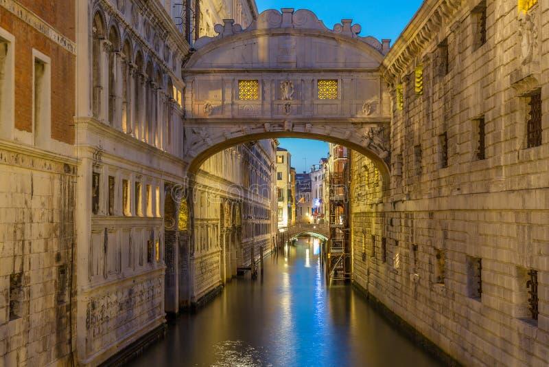 De brug van Sighs dei Sospiri van Ponte illumitaed bij de blauwe nacht van de uurzonsondergang in Venetië, Italië Beroemd Oriënta stock afbeelding
