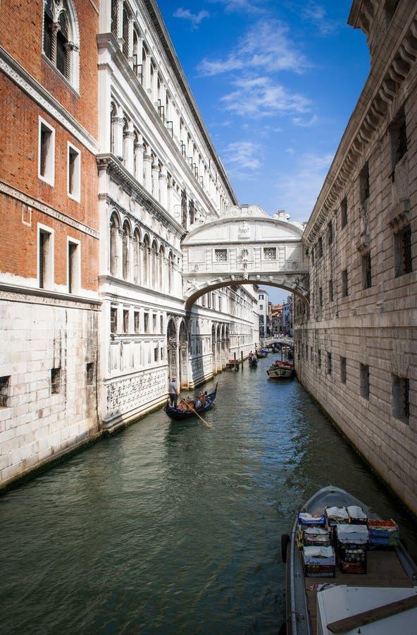 De brug van Sighs door het Paleiskanaal Venetië Italië royalty-vrije stock fotografie