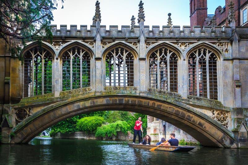 De Brug van Sighs op de Universiteit van Cambridge stock foto's