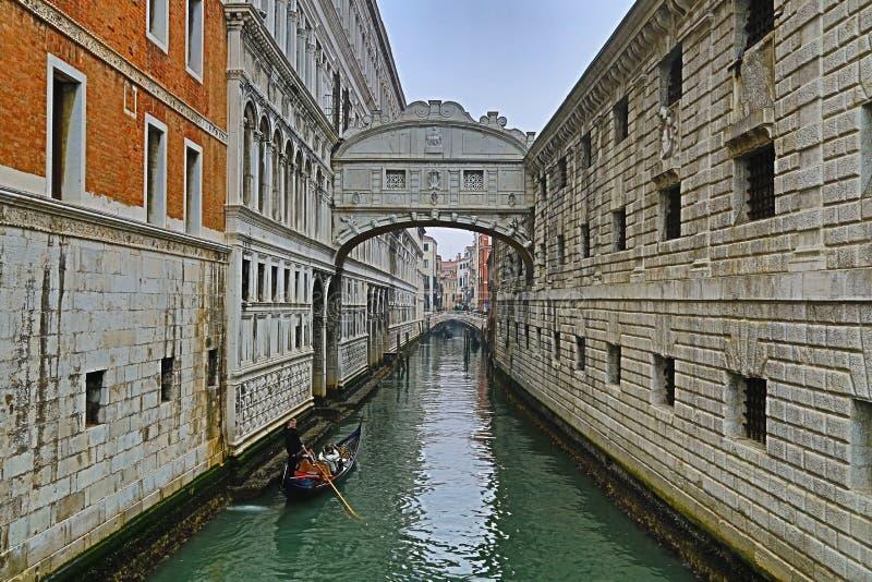 De brug van sighs in Venetië bij nacht, Italië royalty-vrije stock afbeeldingen