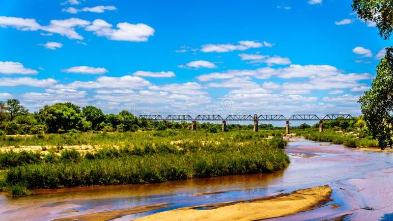 De Brug van de spoorwegbundel over Sabie River bij Skukuza-Rust Kamp in het Nationale Park van Kruger stock foto's