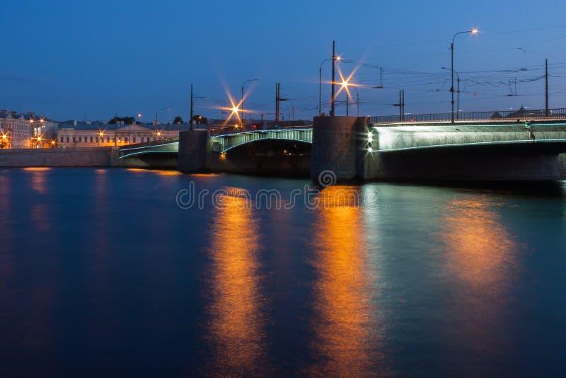 De brug van St. Petersburg bij nacht stock foto