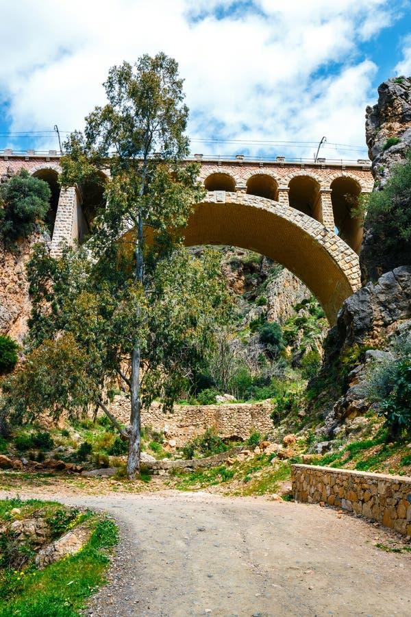 De brug van de steenspoorweg in het dorp van chorro van Gr, Caminito Del Rey stock foto's