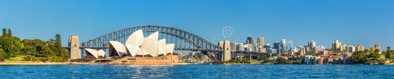 De Brug van Sydney Opera House en van de Haven - Australië stock afbeelding