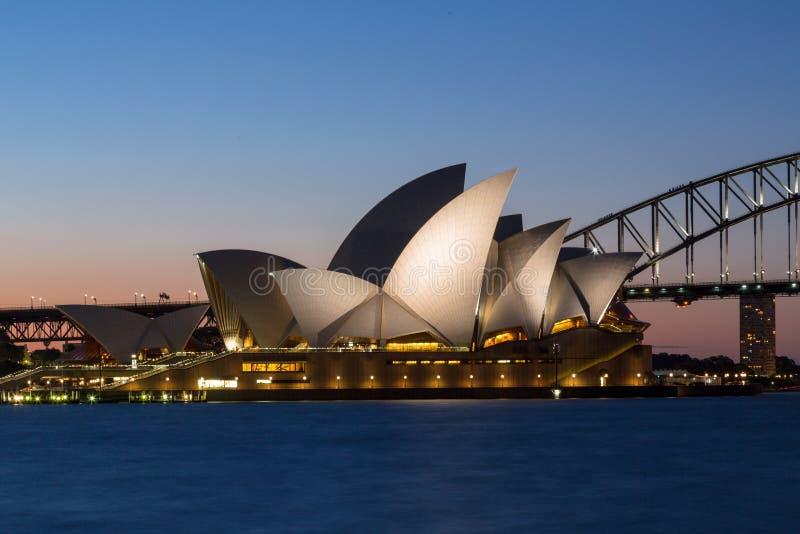 De Brug van Sydney Opera House en van de Haven bij zonsondergang stock foto's
