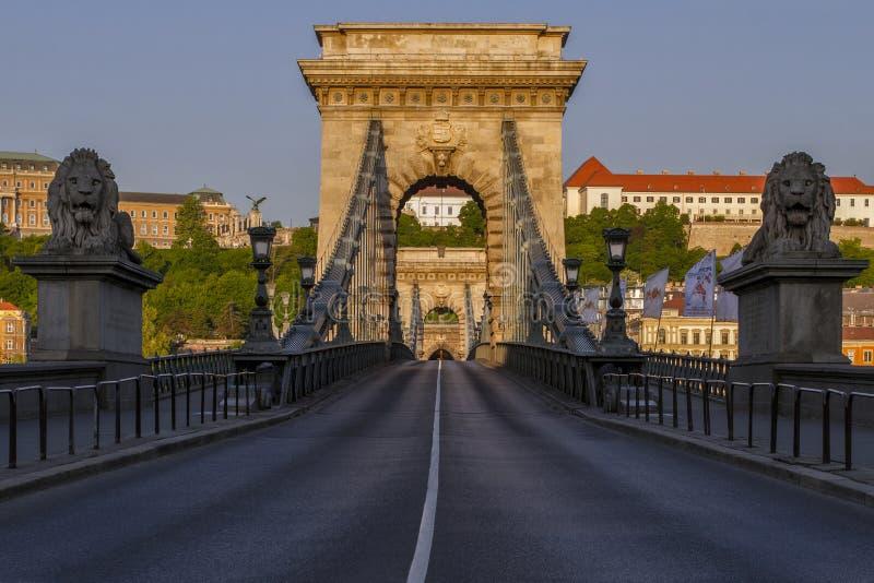De Brug van de Szechenyiketting in Boedapest in het prettige ochtendlicht Symbool aan aantrekkelijkheid van de toeristenl van Boe stock foto