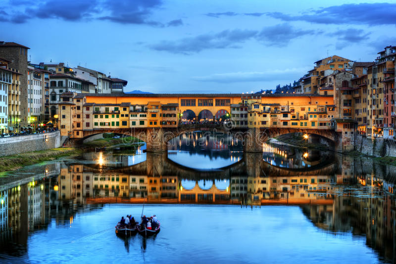 De Brug van Vecchio van Ponte in Florence, Italië Arno River bij nacht stock foto's
