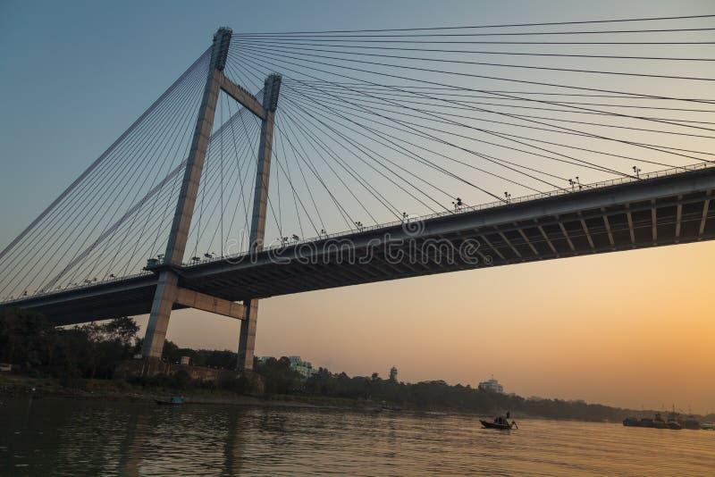 De brug van Vidyasagarsetu zoals die van een boot op rivier Hooghly bij schemering wordt gezien Kolkata, India royalty-vrije stock afbeeldingen