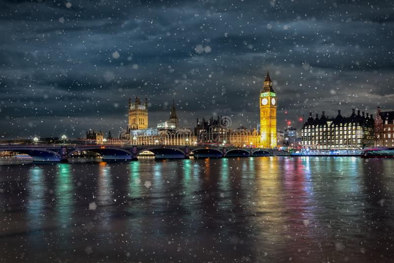 De Brug van Westminster, het Parlement en Big Ben in Londen op een koude de winternacht royalty-vrije stock foto