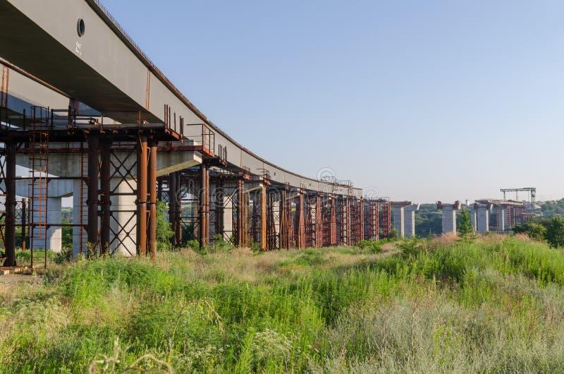 De brugbouw royalty-vrije stock afbeeldingen