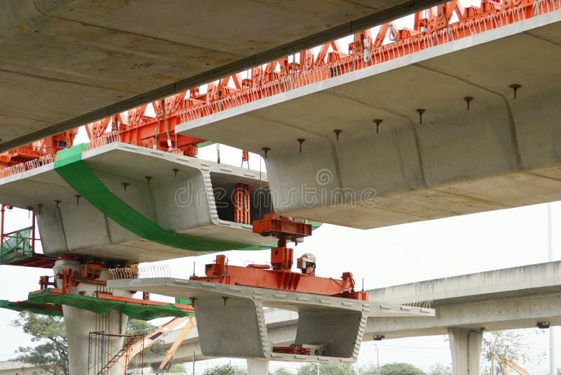 De brugbouw, segmentale brugkokerbalken klaar voor bouw, segmenten van lange spanwijdte overbrugt kokerbalk, Thailand, Klap royalty-vrije stock fotografie