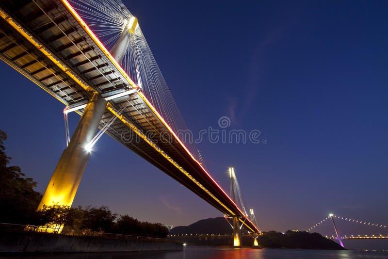 De bruggen van Hongkong bij nacht royalty-vrije stock afbeelding