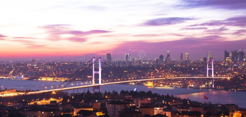 De Bruggen van Istanboel Bosporus bij zonsondergang stock afbeelding