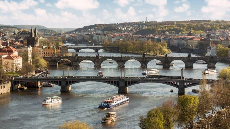 De bruggen van de Moldava-Rivier in Praag stock foto's