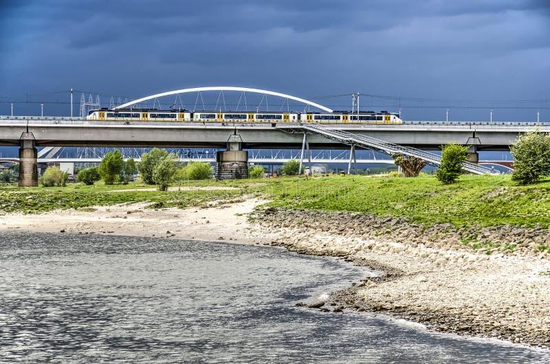 De bruggen van Nijmegen onder een dramatische hemel stock afbeeldingen