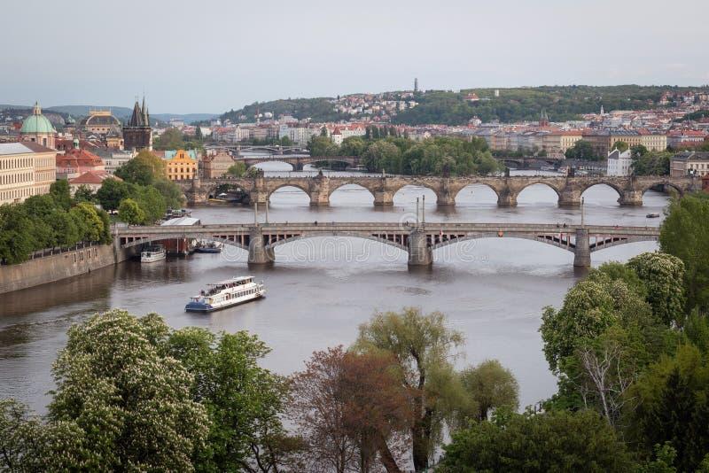 De Bruggen van Praag over Vltava-Rivier, Tsjechische Republiek stock afbeelding