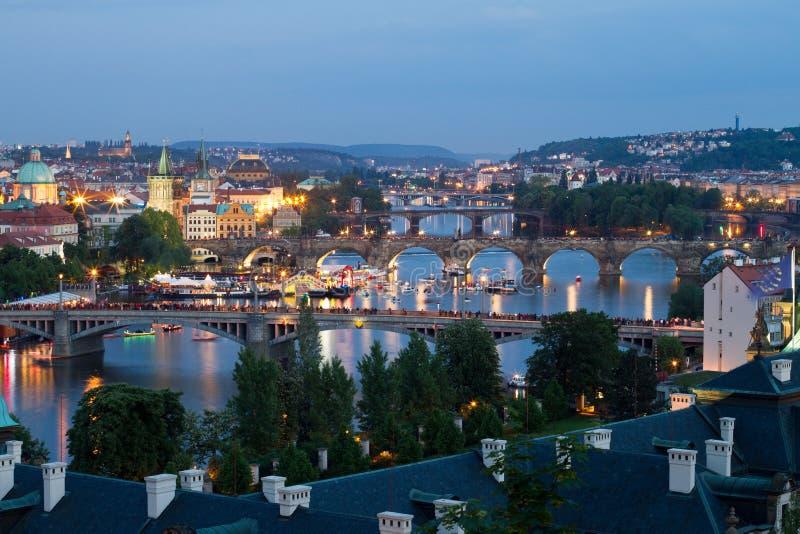 De bruggen van Praag tegen avond royalty-vrije stock foto
