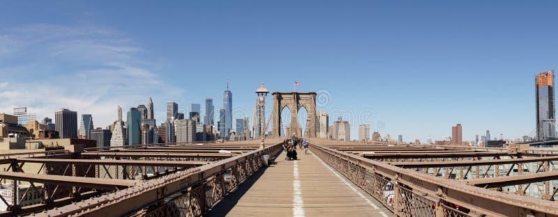 De Brugmening van Brooklyn met de vlag van de Verenigde Staten in de Stad van New York stock foto's
