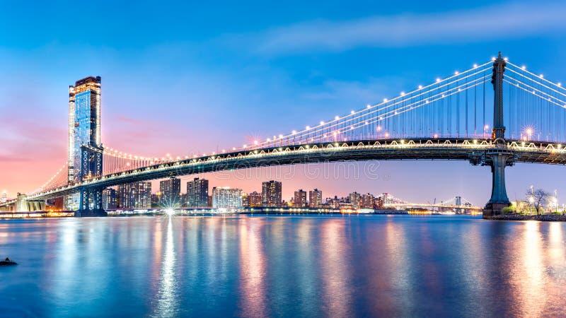 De Brugpanorama van Manhattan bij dageraad stock afbeeldingen