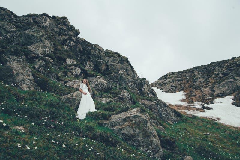 De bruid in bergen Huwelijk stock afbeeldingen