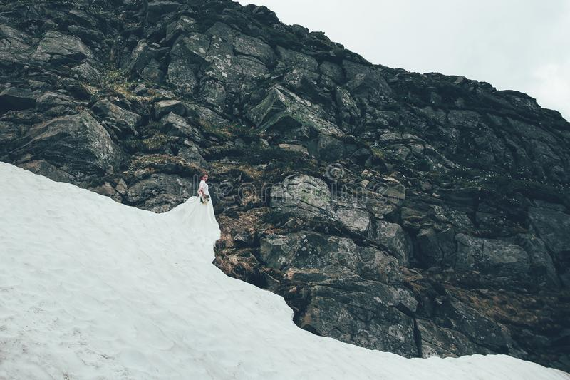 De bruid in bergen Huwelijk royalty-vrije stock afbeeldingen