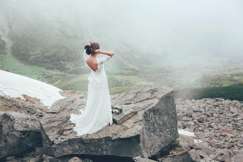 De bruid in bergen Huwelijk stock afbeelding