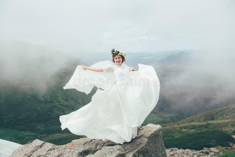 De bruid in bergen Huwelijk royalty-vrije stock foto
