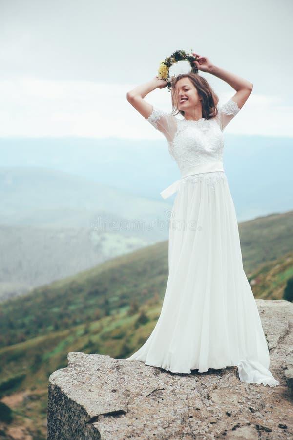 De bruid in bergen Huwelijk royalty-vrije stock afbeelding