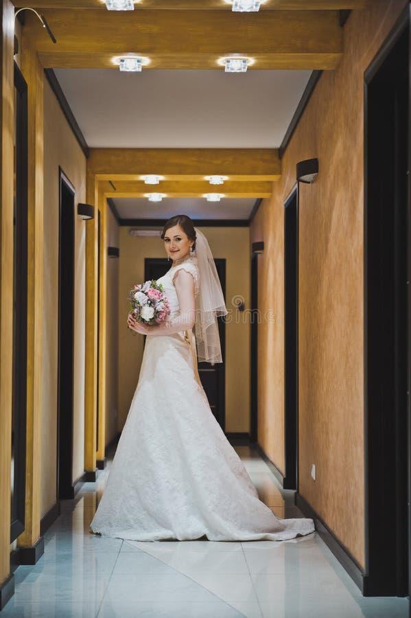 De bruid bevindt zich in hotelgang 3783 royalty-vrije stock fotografie